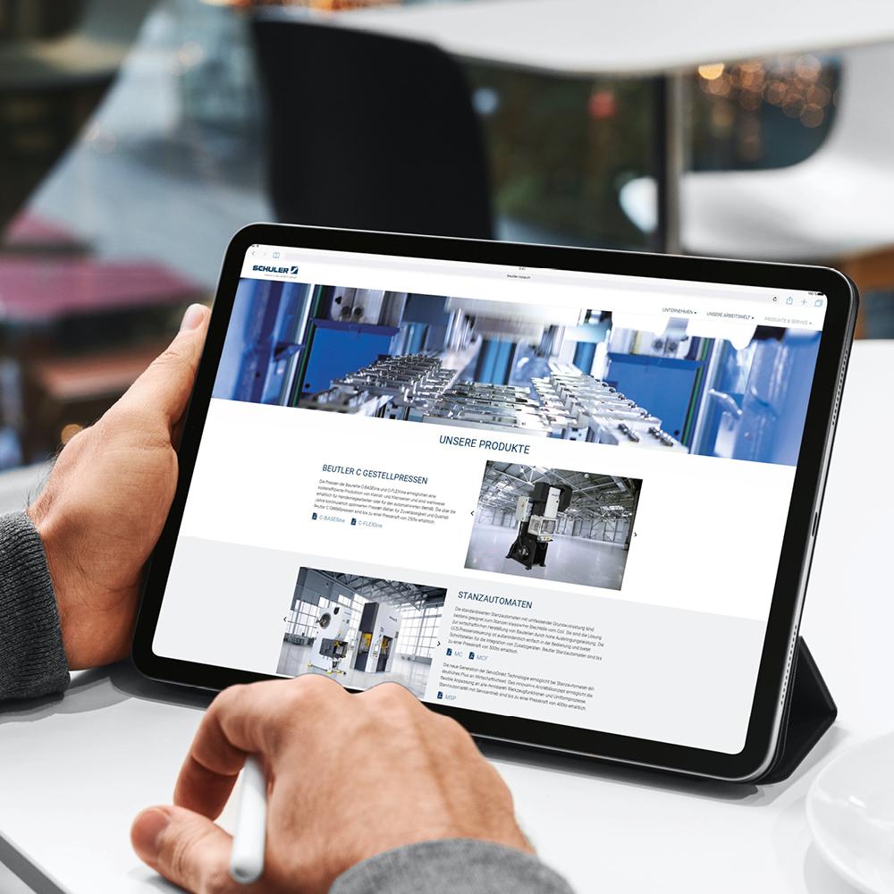 Beutler Nova Website ausgespielt auf einem Tablet gehalten von einer Männerhand