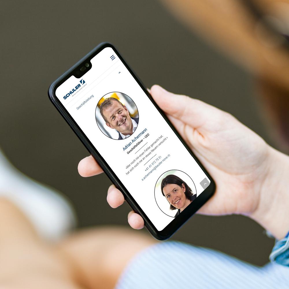 Beutler Nova Website responsive angezeigt auf schwarzem iPhone
