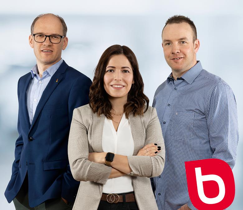 gruppenfoto mit Bacher B der Geschäftsleitung, von links: André Bacher, Jolanda Albsiser und Martin Bieri